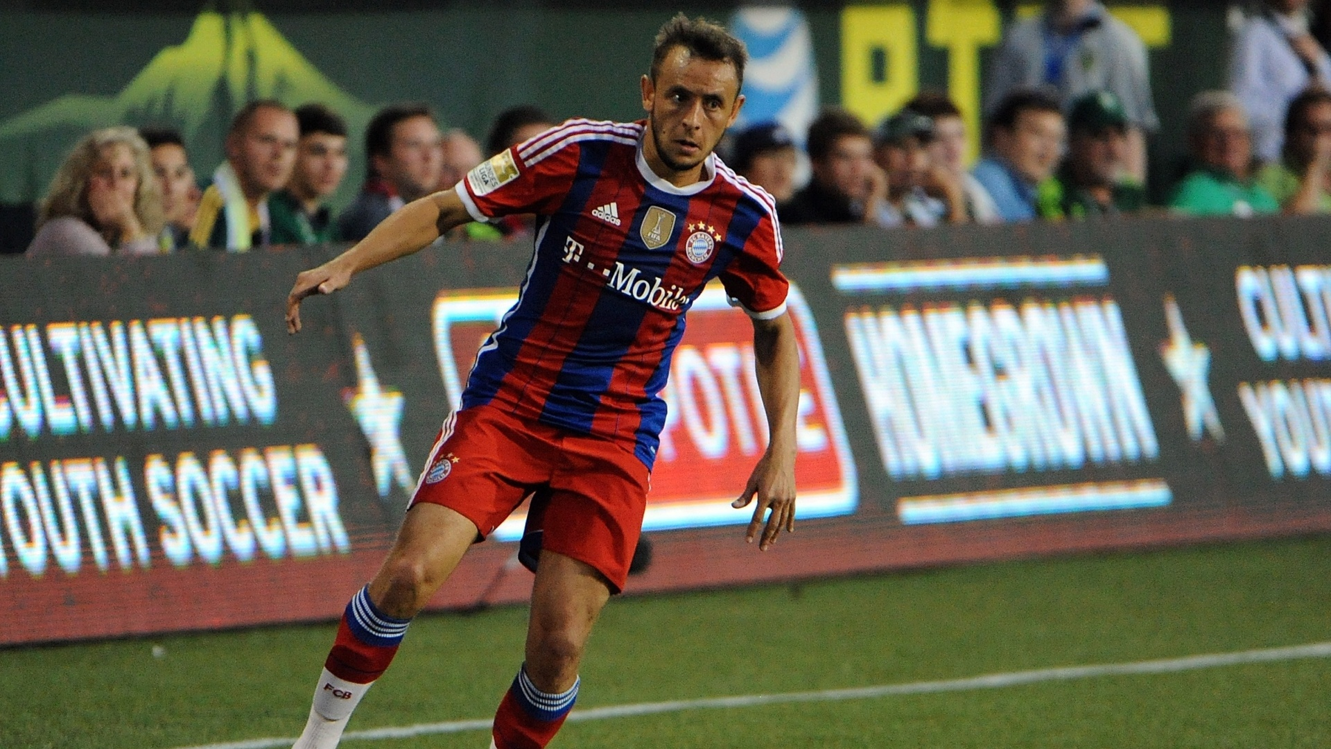 Rafinha, do Bayern de Munique, conduz a bola contra as estrelas da MLS, em amistoso pré-temporada