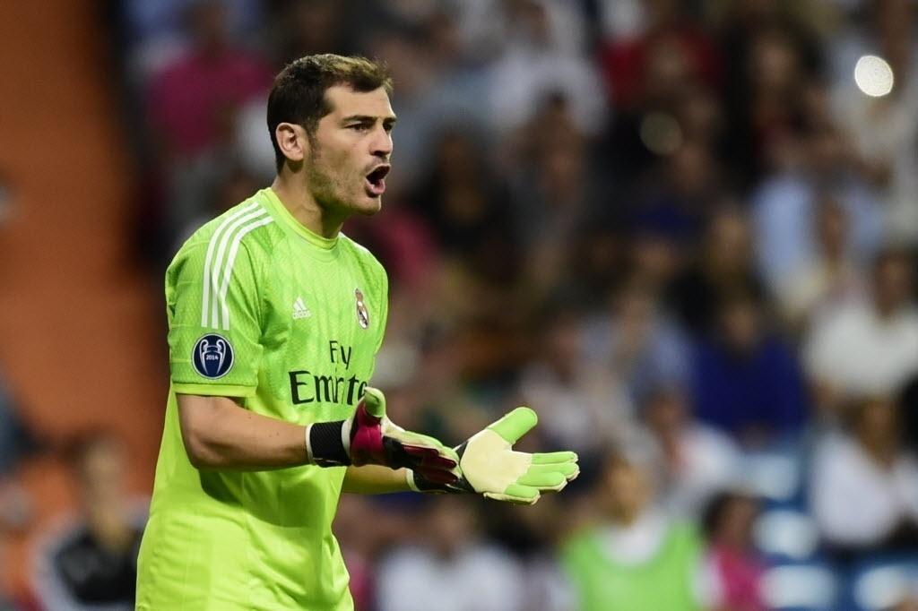 16.set.2014 - Casillas chama a atenção de jogadores do Real Madrid durante o jogo contra o Basel pela Liga dos Campeões