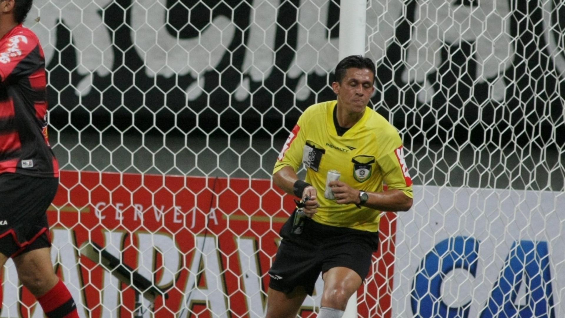 Árbitro Paulo H Schleich Vollkopf carrega latinha arremessada no jogador do Oeste