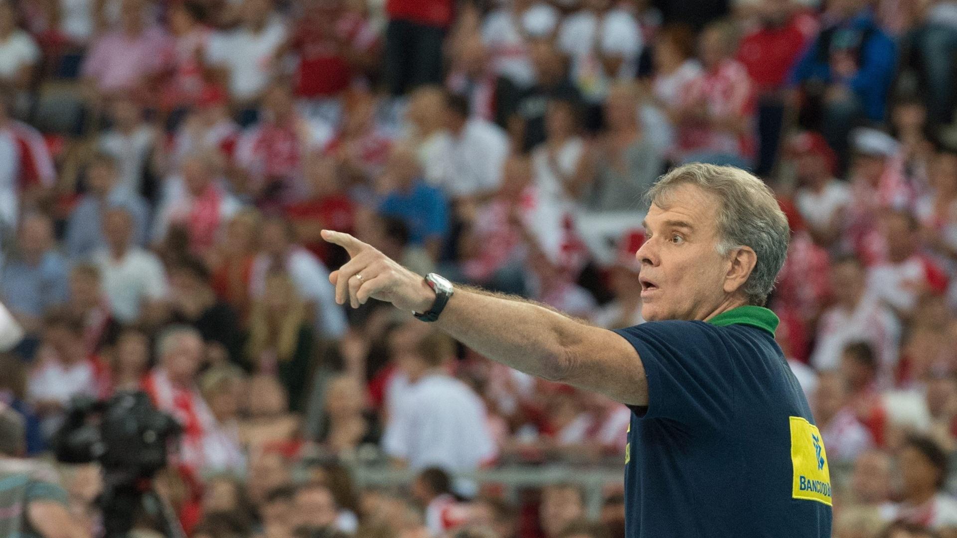 Bernardinho passa orientações no jogo contra a Polônia