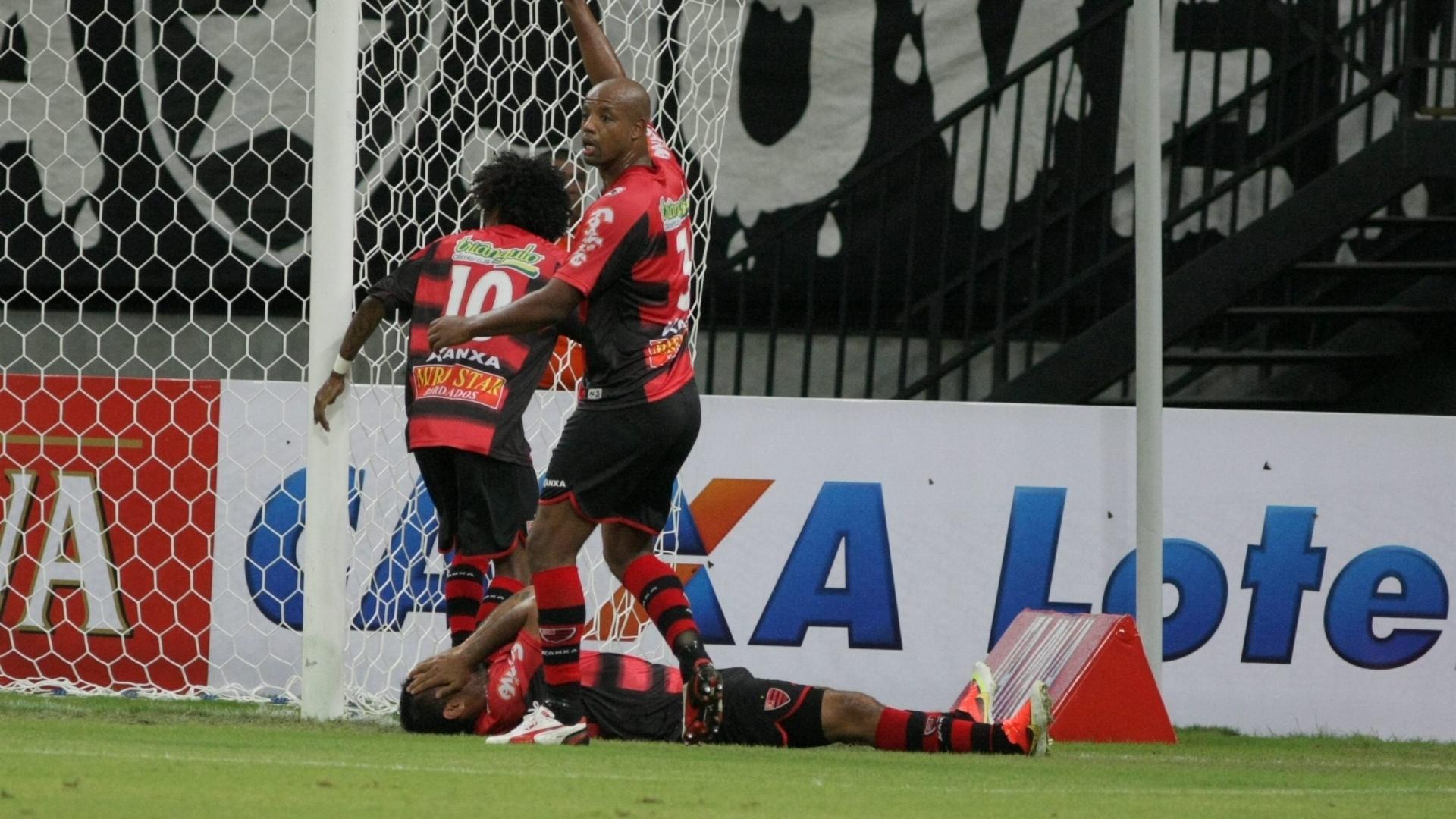 Fábio Santos, do Oeste, fica caído no chão após ser acertado por uma lata de cerveja atirada pela torcida do Vasco