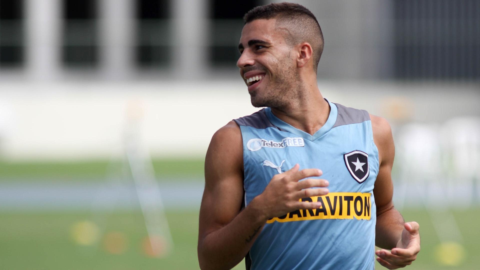 Gabriel sorri durante treinamento do Botafogo, no Engenhão