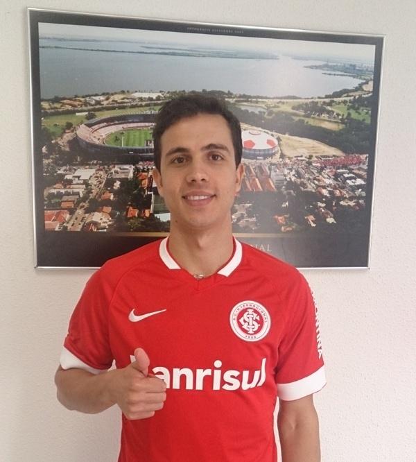 Nilmar posa com a camisa do Inter após assinar contrato até 2017