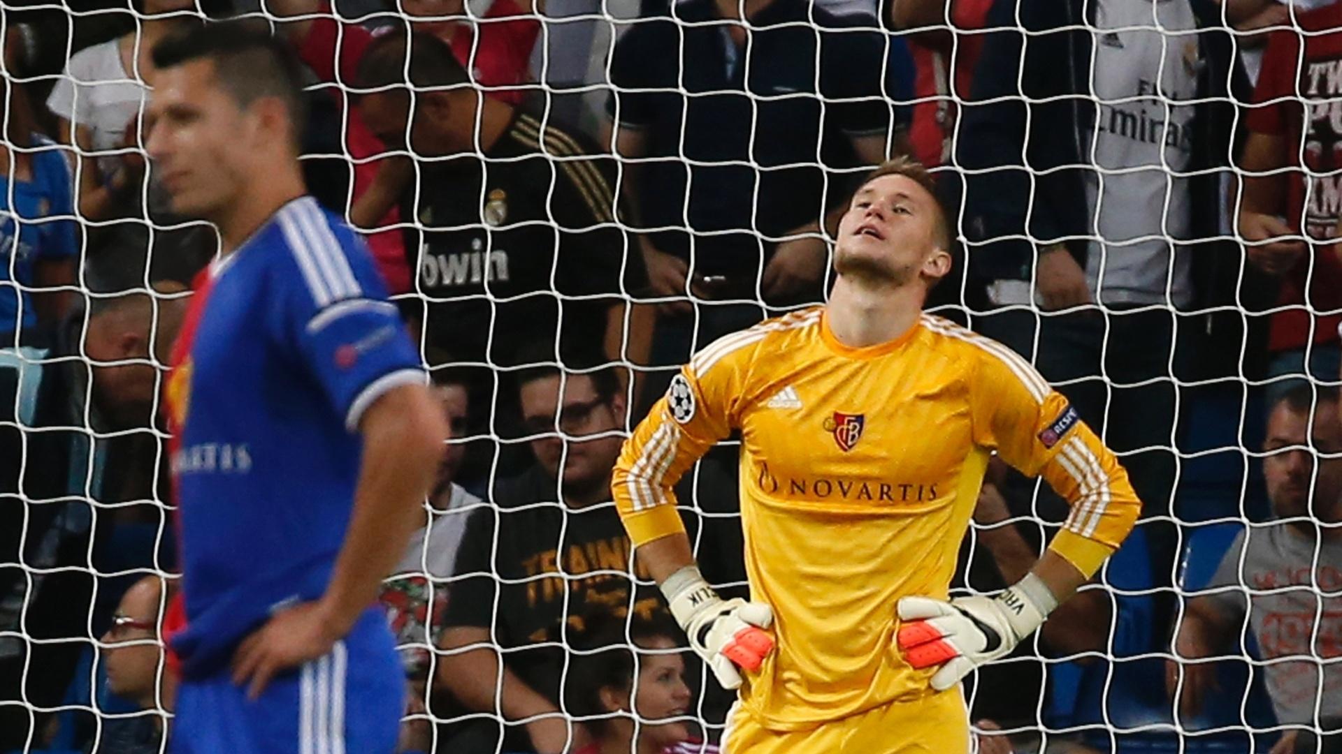 Tomas Vaclik, do Basel, lamenta os quatro gols sofridos diante do Real Madrid no primeiro tempo