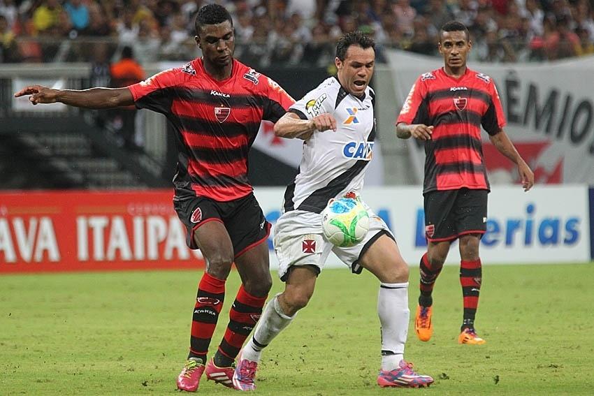 16 set. 2014 - Kleber Gladiador disputa bola com zagueiro do Oeste durante jogo pela Série B, em Manaus