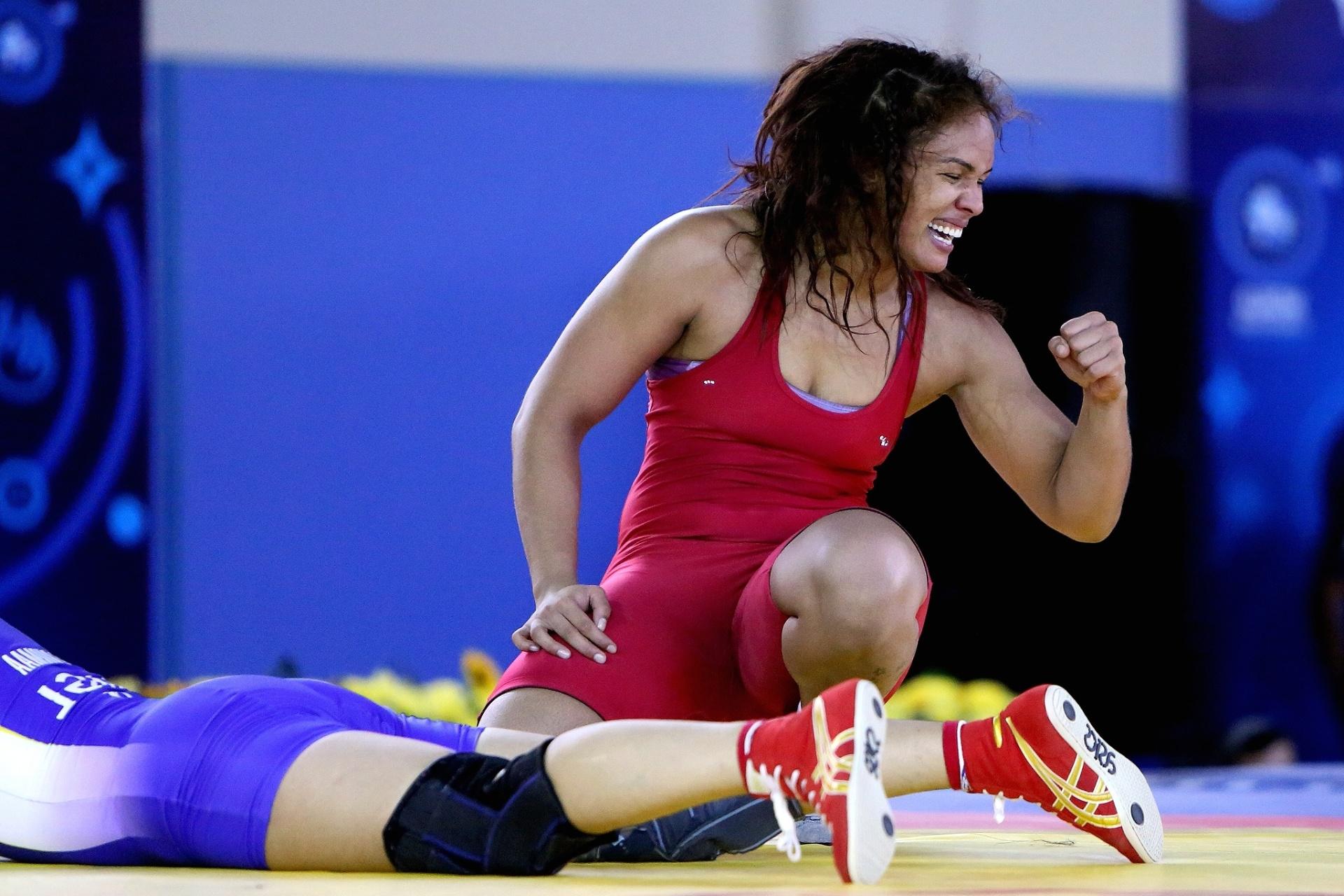 Aline Silva comemora uma vitória durante o Mundial de Tashkent