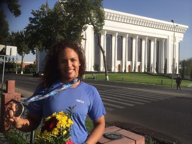 Aline Silva exibe medalha ganha em Tashkent