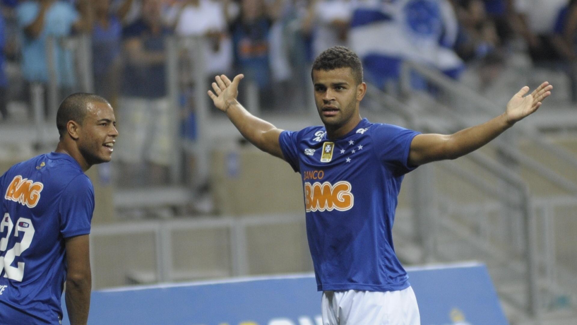 Alisson comemora gol do Cruzeiro contra o Atlético-PR pelo Brasileirão
