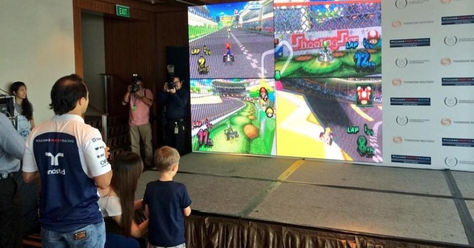 Felipe Massa participa de evento com criança em Cingapura