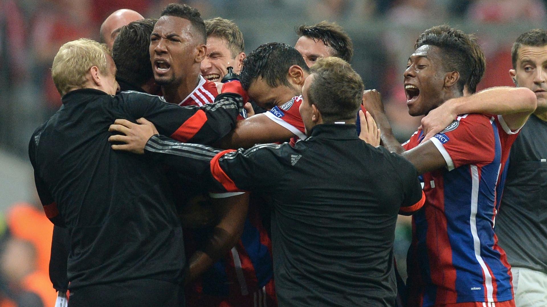 Jerome Boateng é abraçado pelo elenco do Bayern de Munique após marcar contra o Manchester City