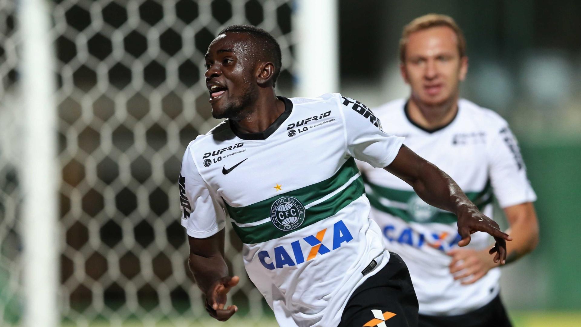 Joel comemora gol do Coritiba contra o São Paulo pelo Brasileirão