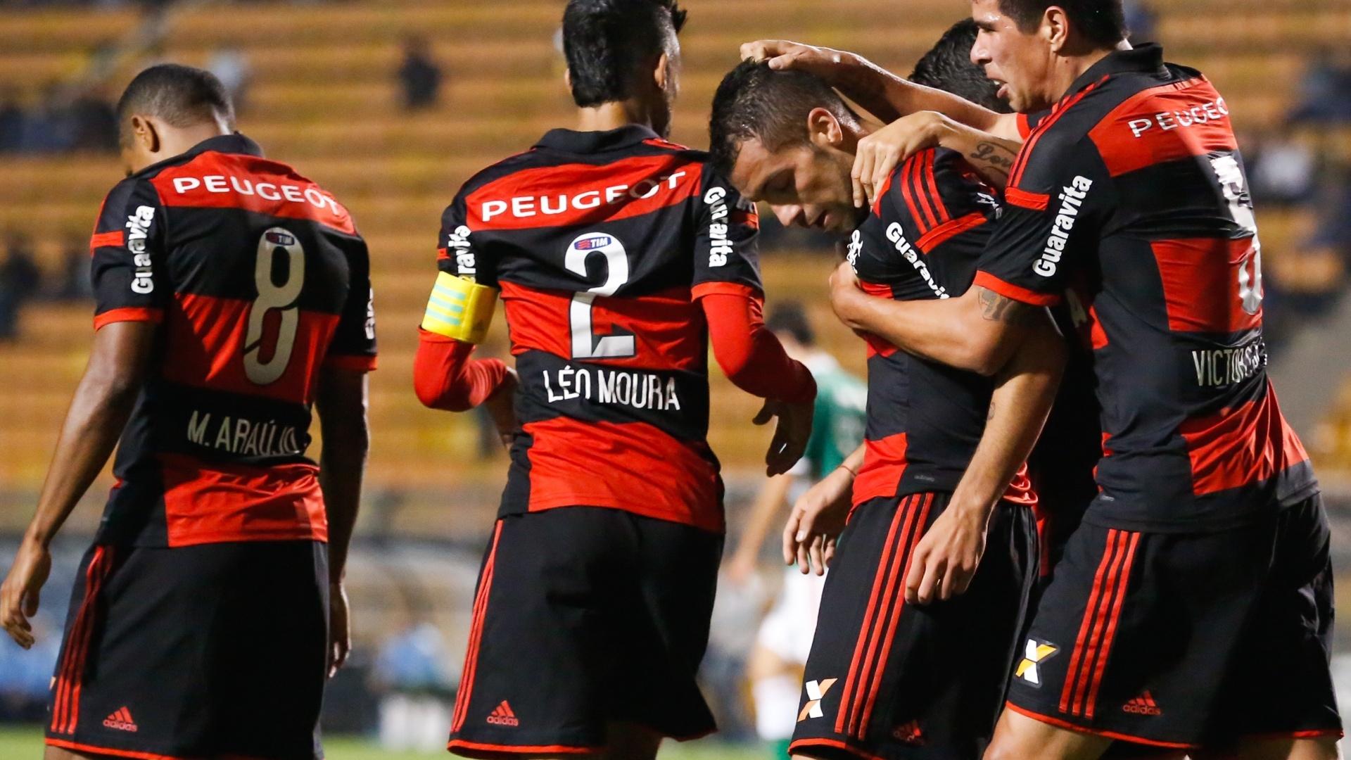 Jogadores do Flamengo comemoram gol contra o Palmeiras pelo Brasileirão