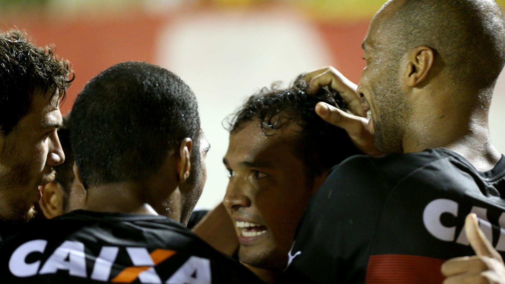 Jogadores do Vitória comemoram gol de Vinícius contra o Fluminense pelo Brasileirão