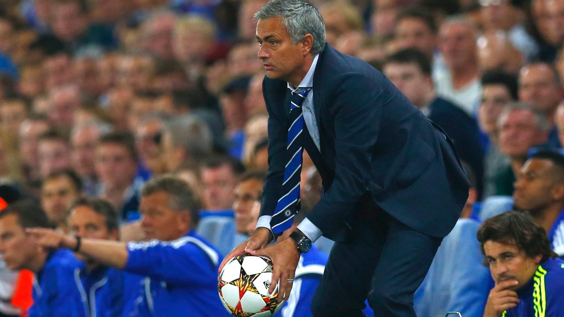 José Mourinho fica com a bola durante jogo do Chelsea contra o Schalke