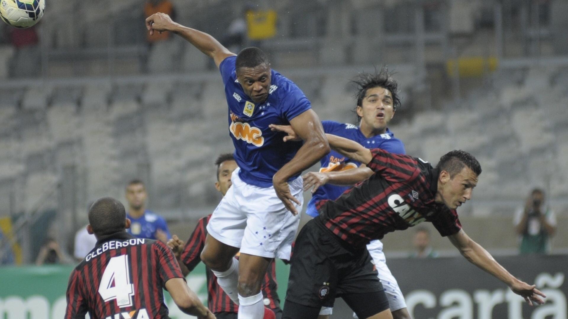 Julio Baptista disputa bola de cabeça na partida entre Cruzeiro e Atlético-PR