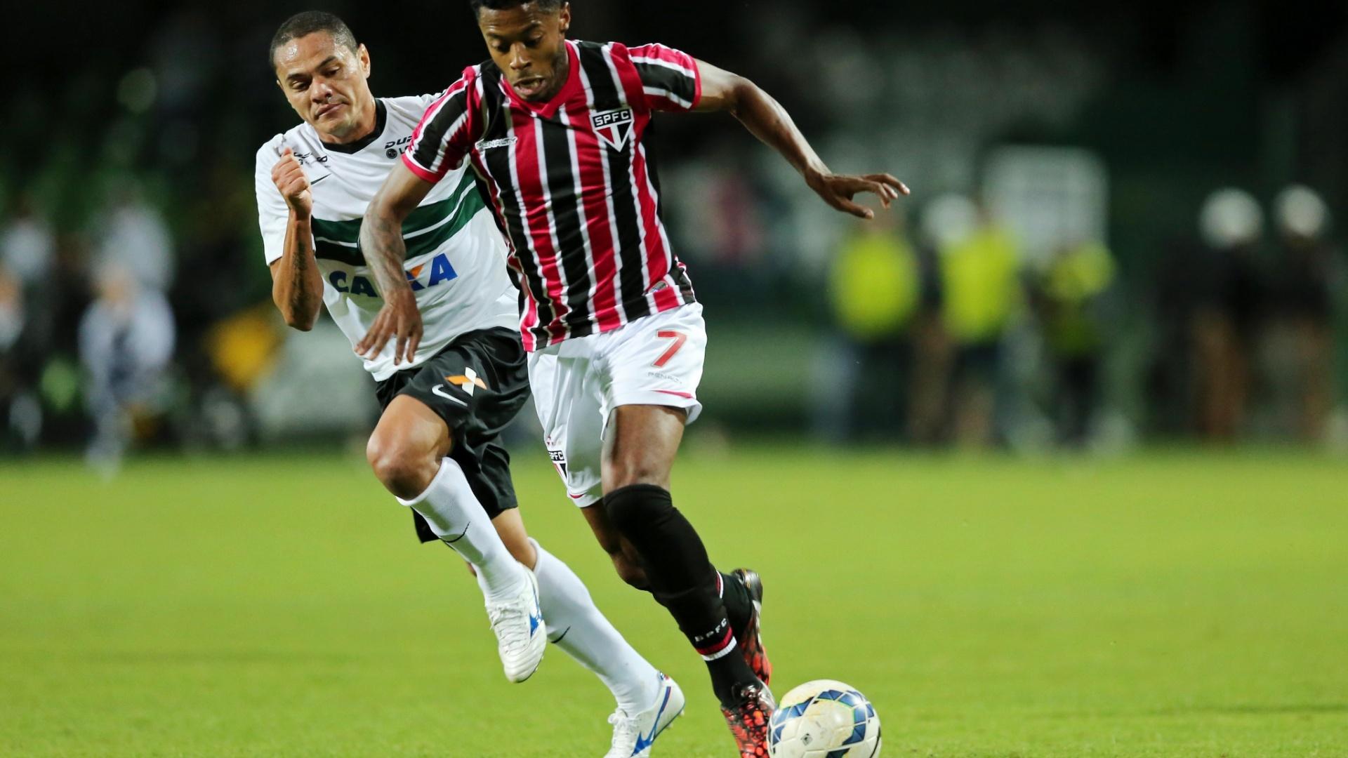 Michel Bastos arranca na partida entre São Paulo e Coritiba pelo Brasileirão