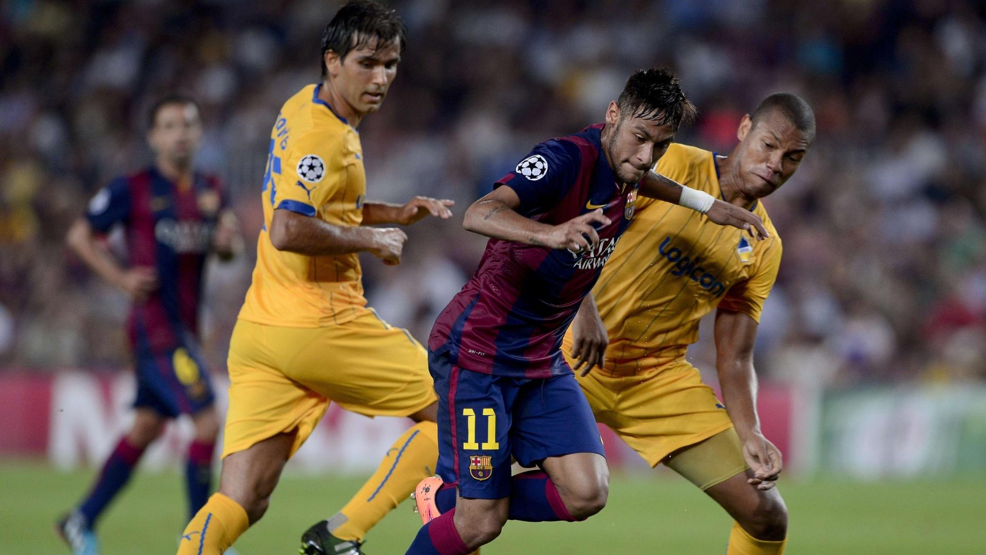 Neymar tenta escapar da marcação do APOEL em partida da Liga dos Campeões