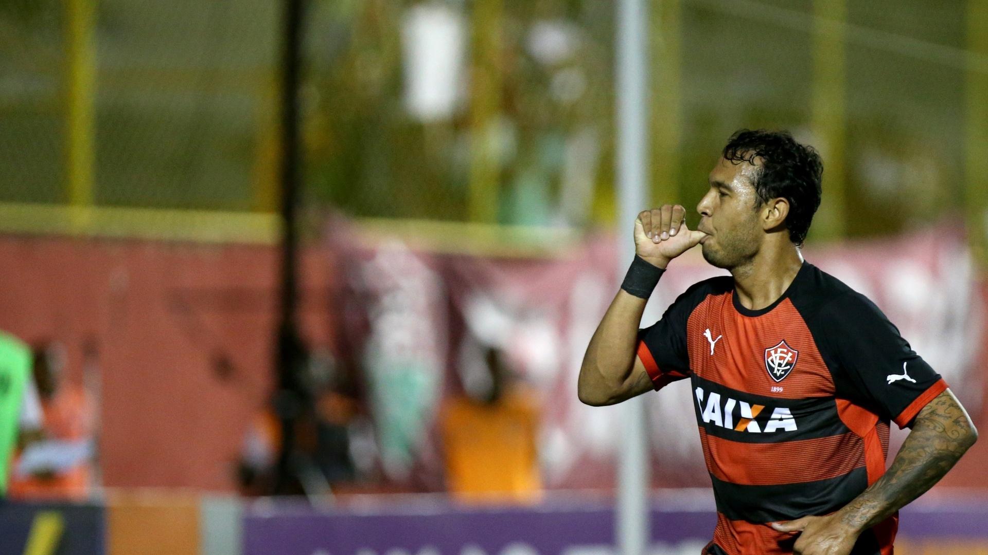 Vinícius comemora gol do Vitória contra o Fluminense pelo Brasileirão
