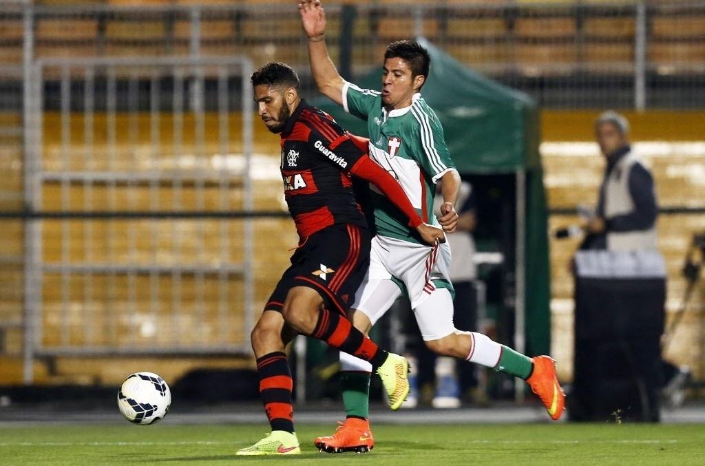 Wallace protege a bola de Cristaldo no jogo entre Palmeiras e Flamengo