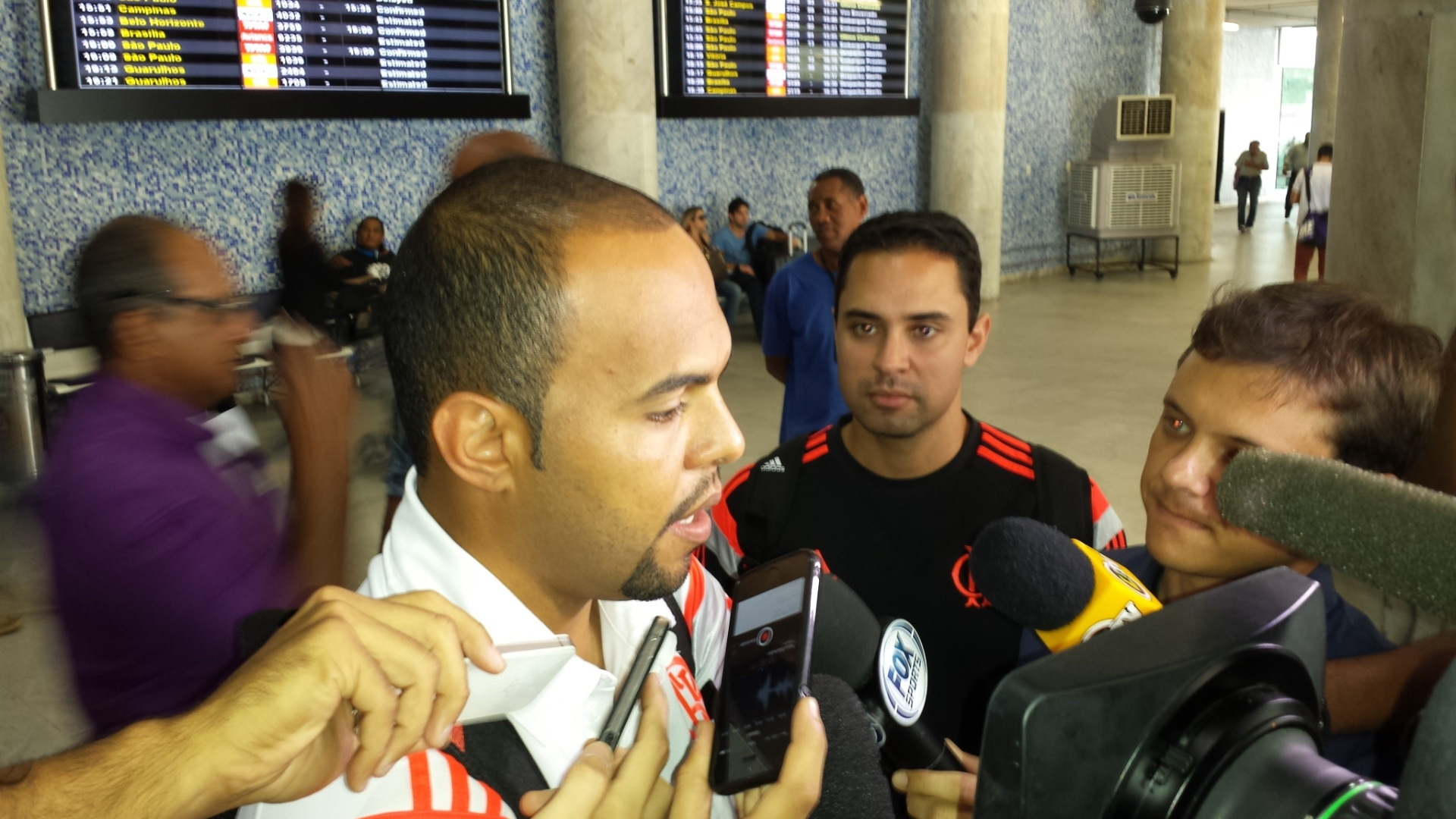 18.set.2014 - Alecsandro concede entrevista na chegada do Flamengo ao Rio depois do empate por 2 a 2 com o Palmeiras