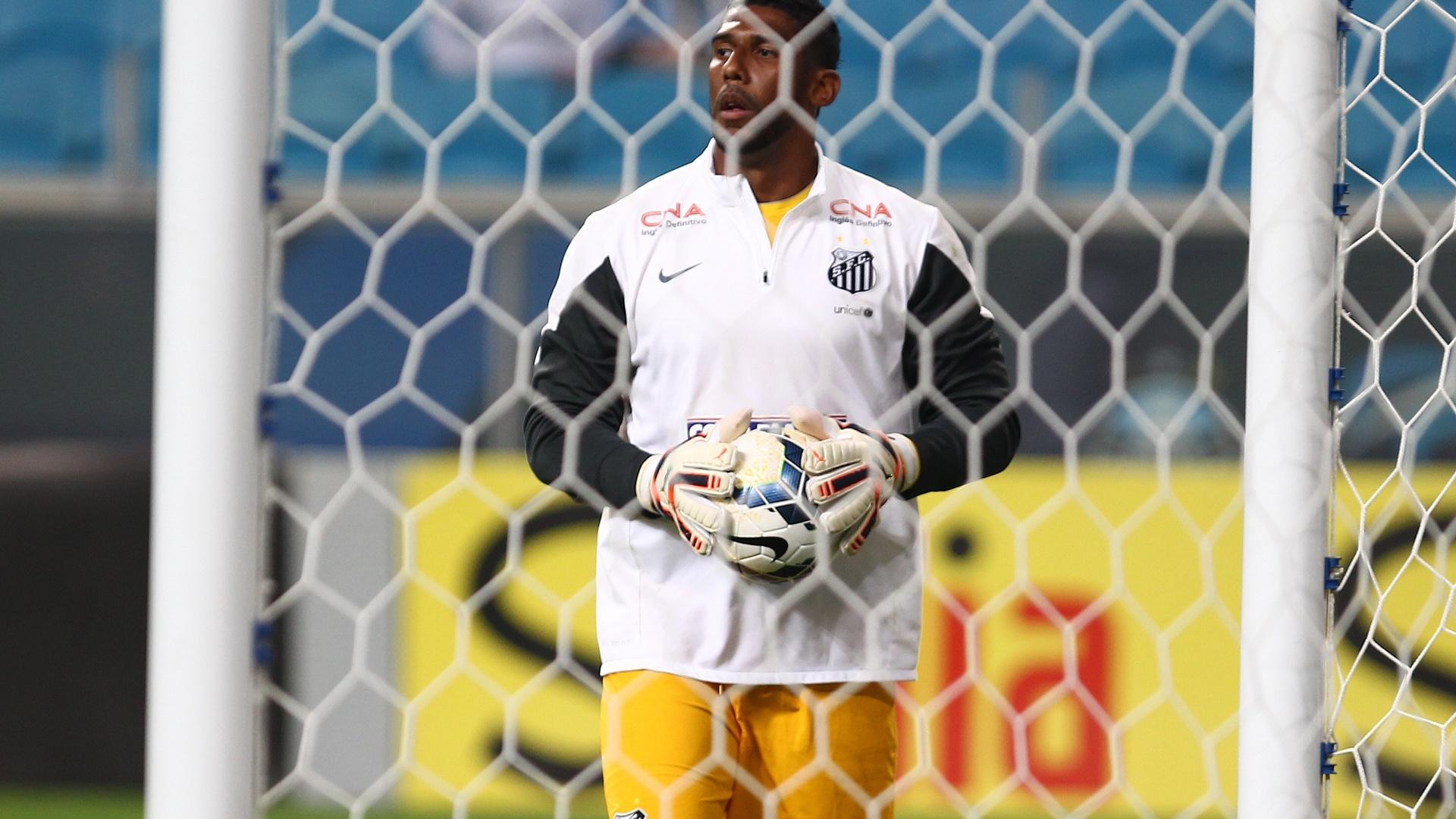 Aranha faz aquecimento antes da partida entre Santos e Grêmio pelo Brasileirão