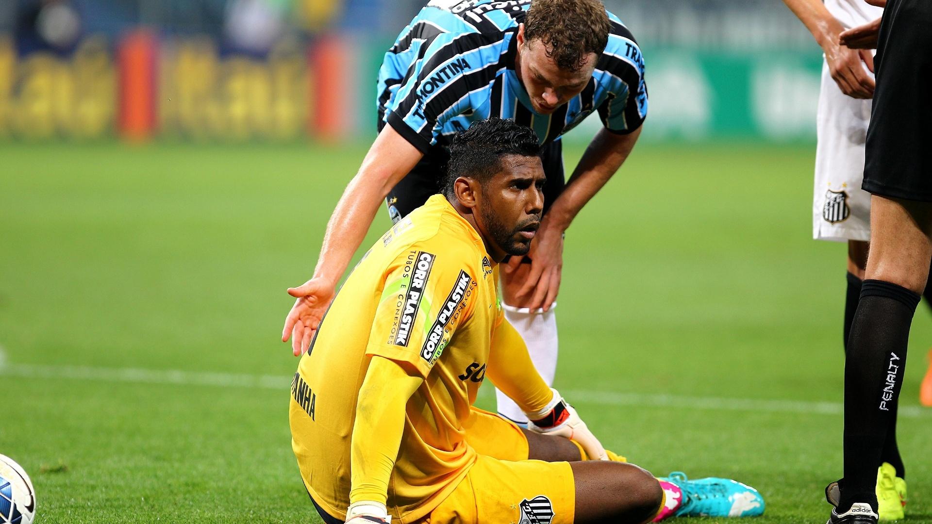 Aranha fica caído no gramado após choque com jogador do Grêmio em duelo do Santos