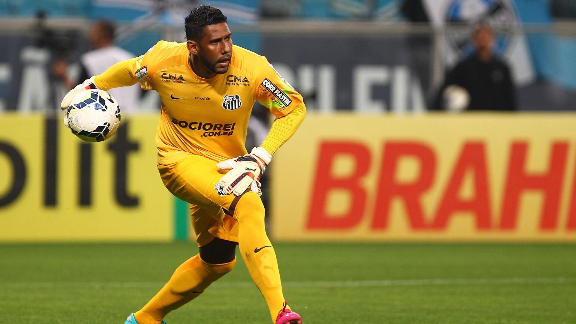 Aranha repõe a bola na partida entre Grêmio e Santos pelo Brasileirão