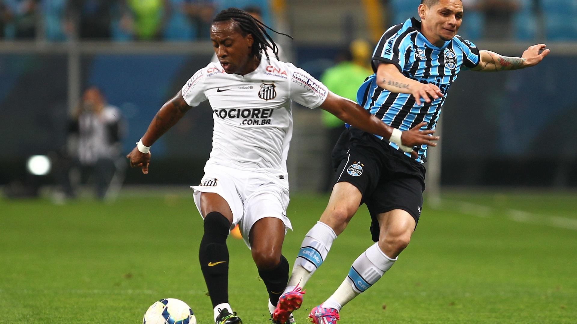 Arouca rouba a bola de Pará na partida entre Santos e Grêmio pelo Brasileirão