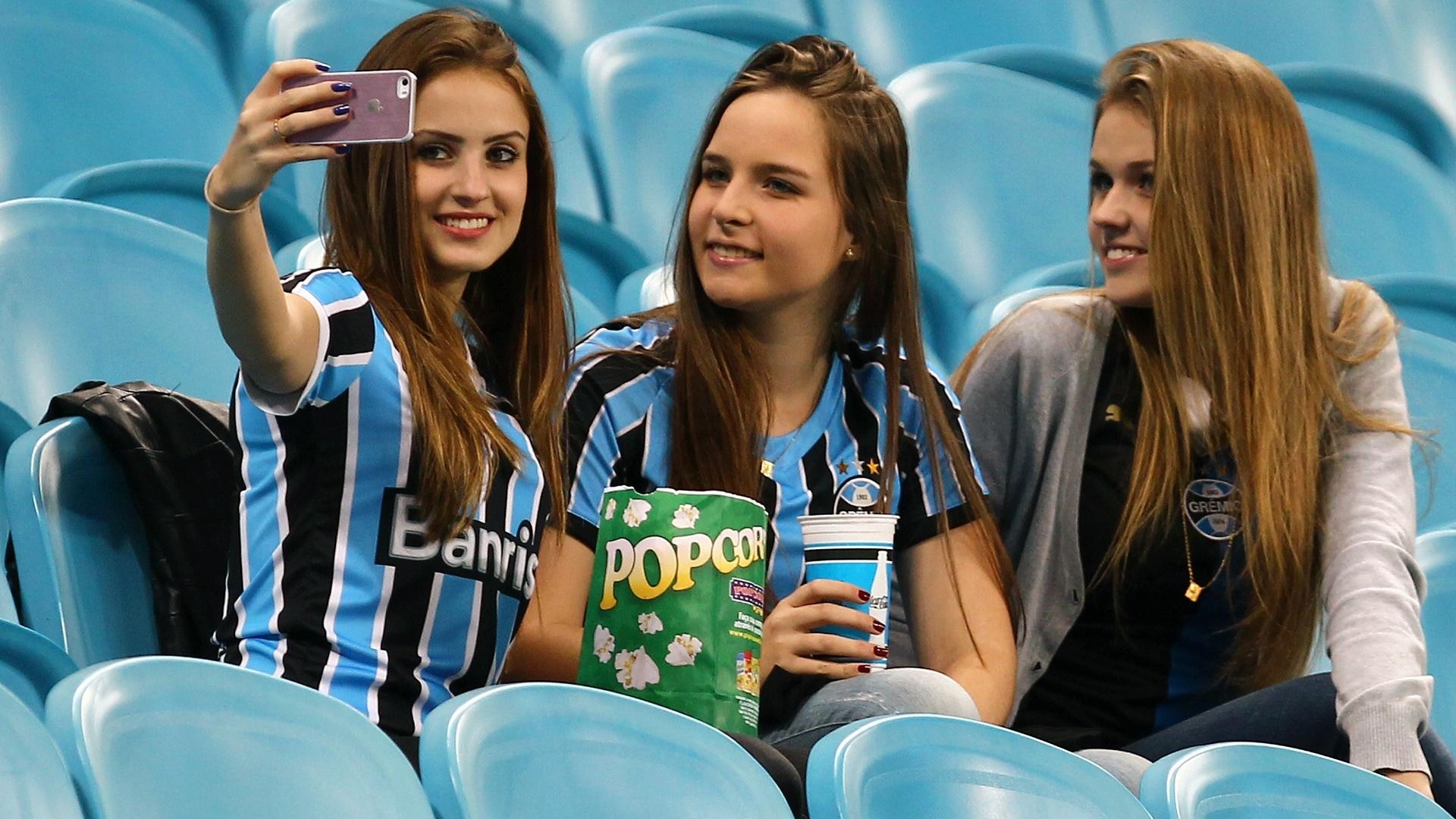 Belas torcedoras do Grêmio tiram selfie antes do jogo contra o Santos