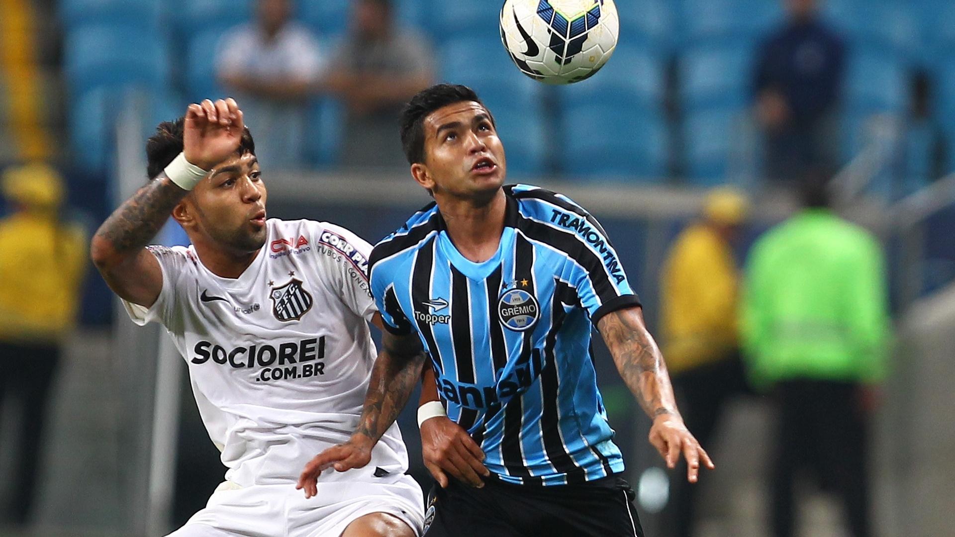 Dudu e Gabriel disputam bola na partida entre Grêmio e Santos pelo Brasileirão