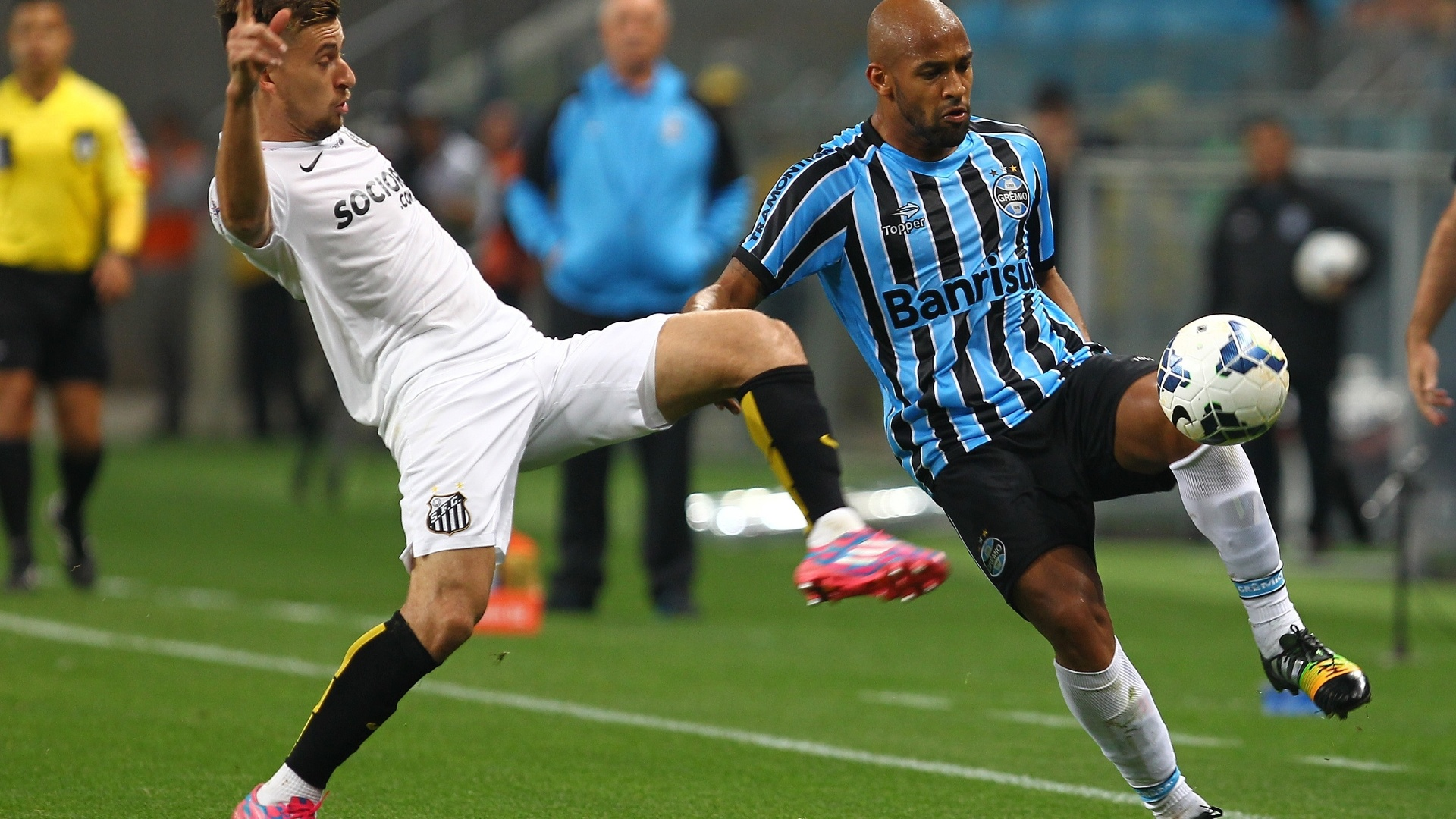 Felipe Bastos tenta driblar Lucas Lima na partida entre Grêmio e Santos pelo Brasileirão