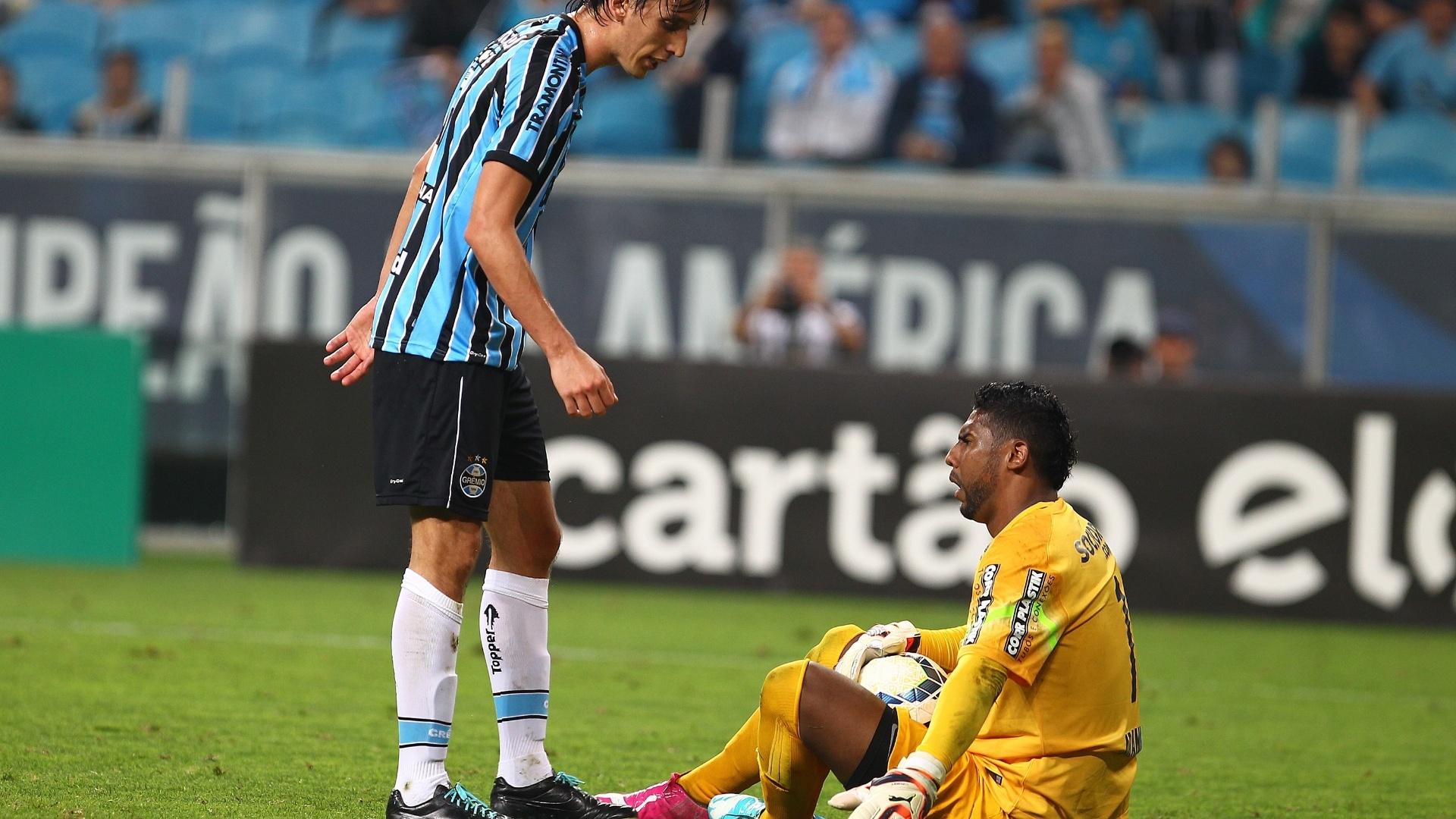 Geromel e Aranha discutem em jogo entre Grêmio e Santos pelo Brasileirão