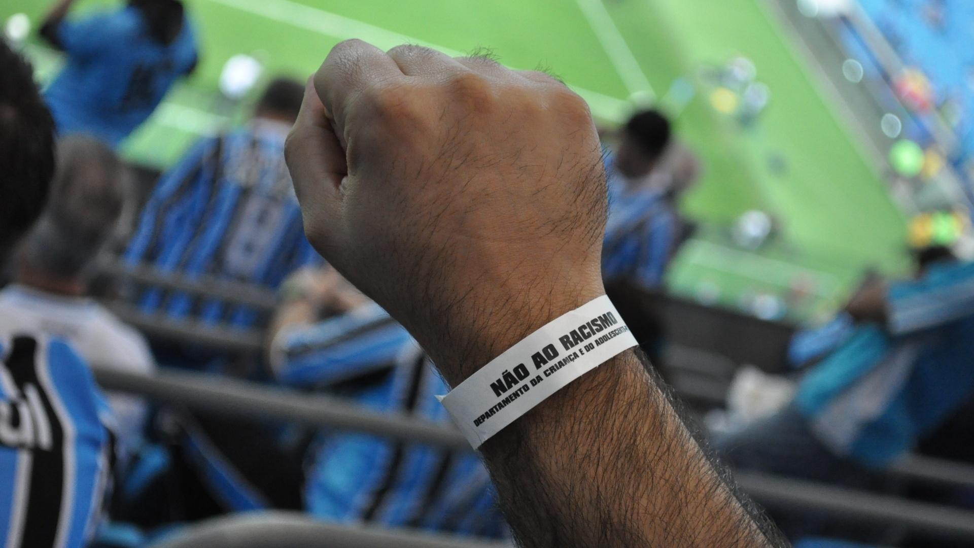 Torcedores do Grêmio usam pulseira contra o racismo em jogo contra o Santos