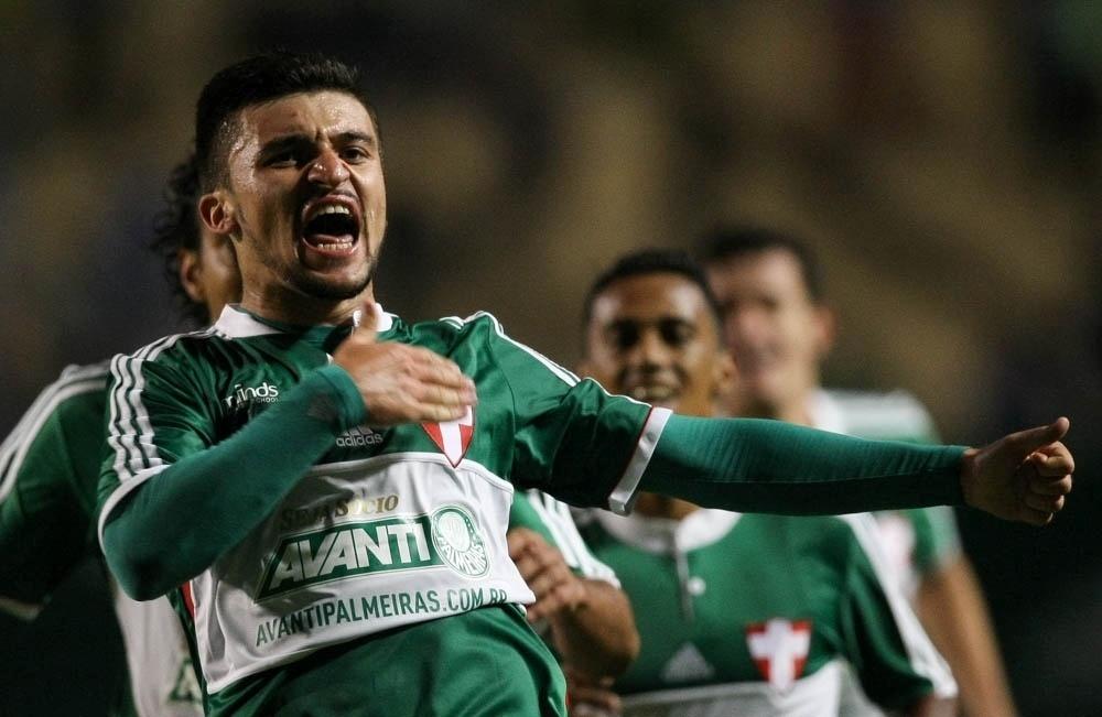 Victor Luis comemora gol com a camisa do Palmeiras