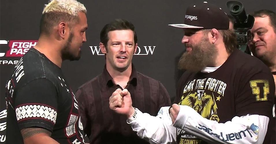 Mark Hunt e Roy Nelson se encaram depois da pesagem do UFC Japão