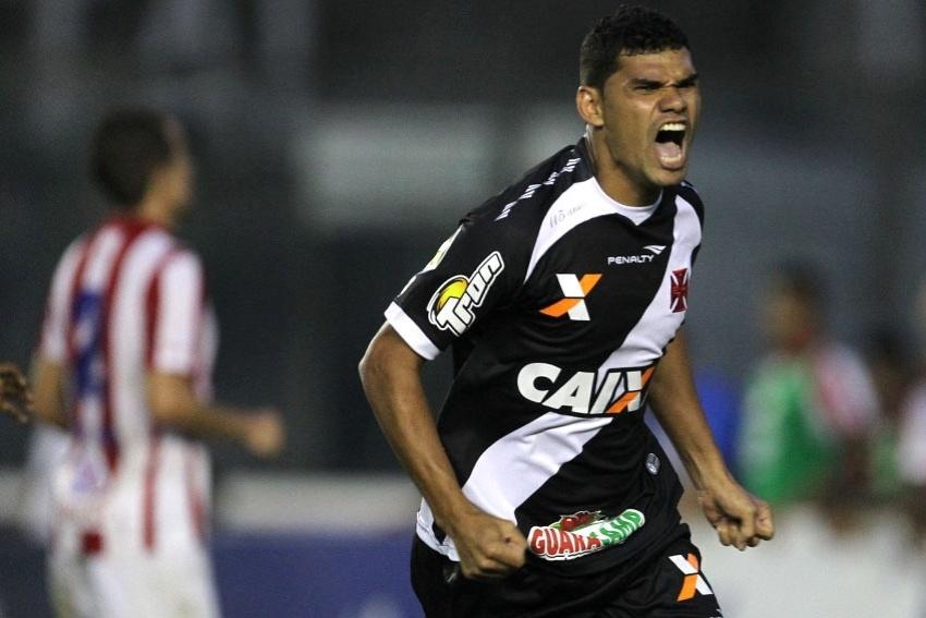 20 set. 2014 - Dakson corre para comemora gol do Vasco sobre o Náutico, pela Série B