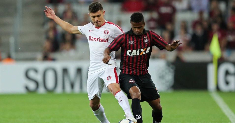 Alex e Mário Sérgio disputam a bola no jogo entre Atlético-PR e Internacional