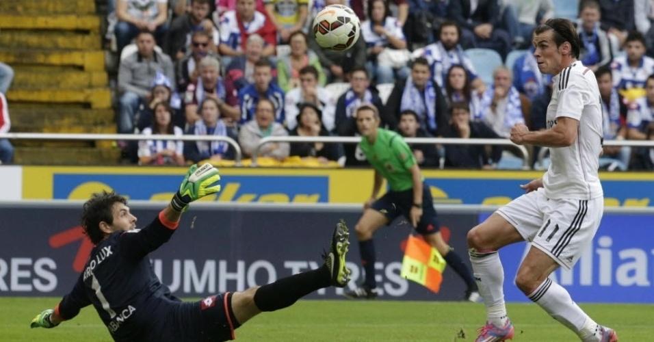 Bale tenta superar o goleiro argentino do La Coruña, Germán Lux, em duelo no estádio Riazor