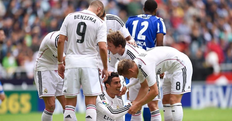 Cristiano Ronaldo comemora com os companheiros o primeiro gol na partida contra o La Coruña. Ele marcou dois só no primeiro tempo da partida