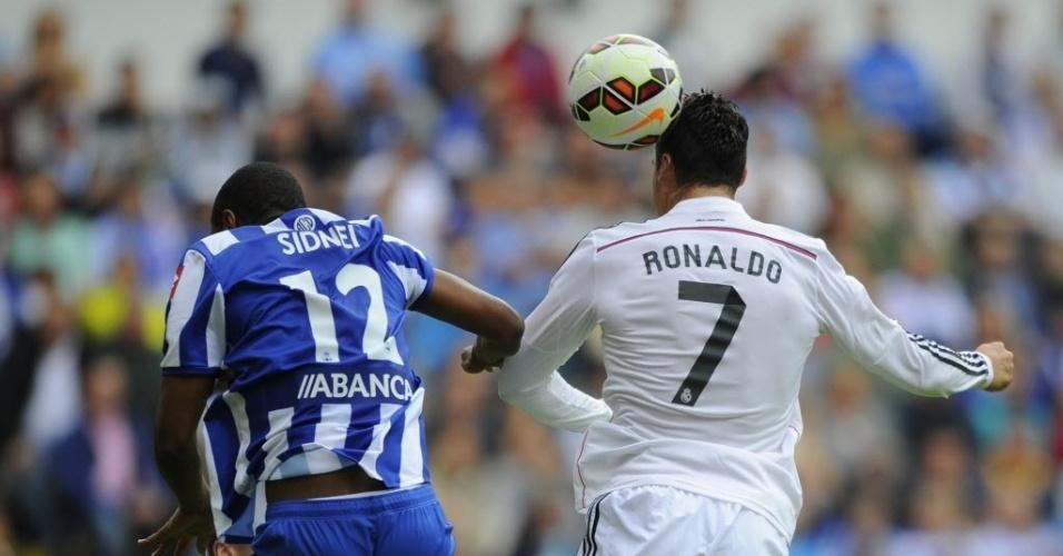 Cristiano Ronaldo ganha do zagueiro brasileiro Sidnei, do La Coruña, a disputa aérea pela bola