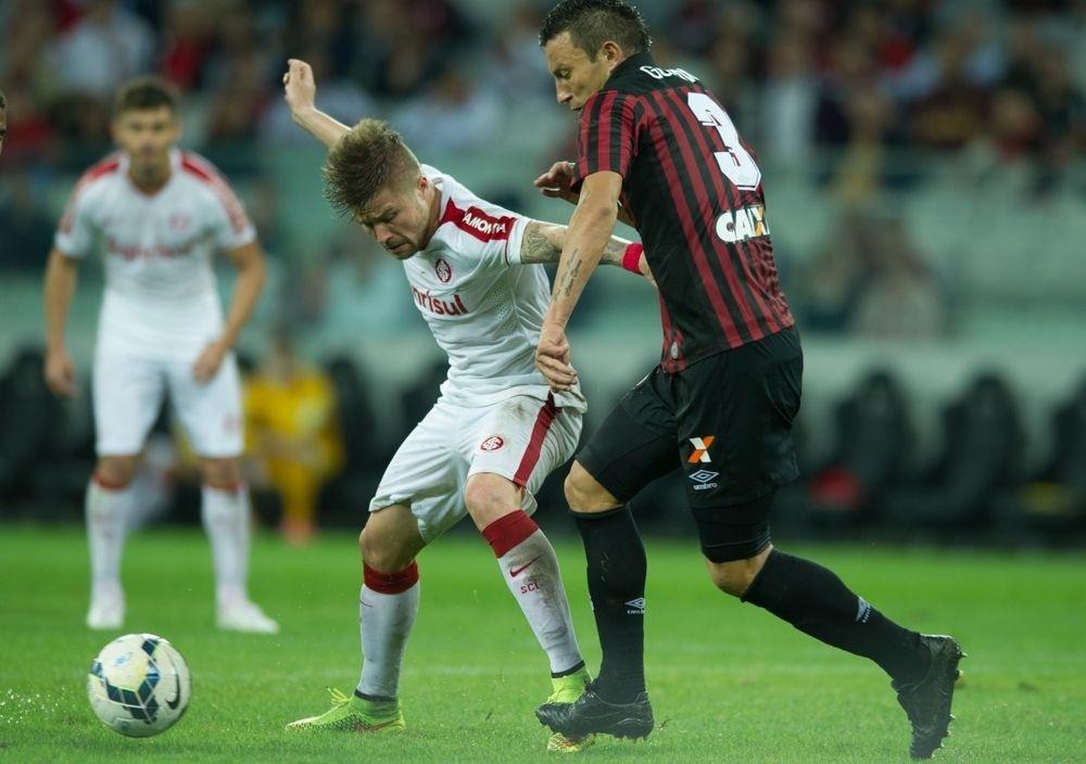 Eduardo Sasha protege a bola para o Inter em jogo da 23ª rodada