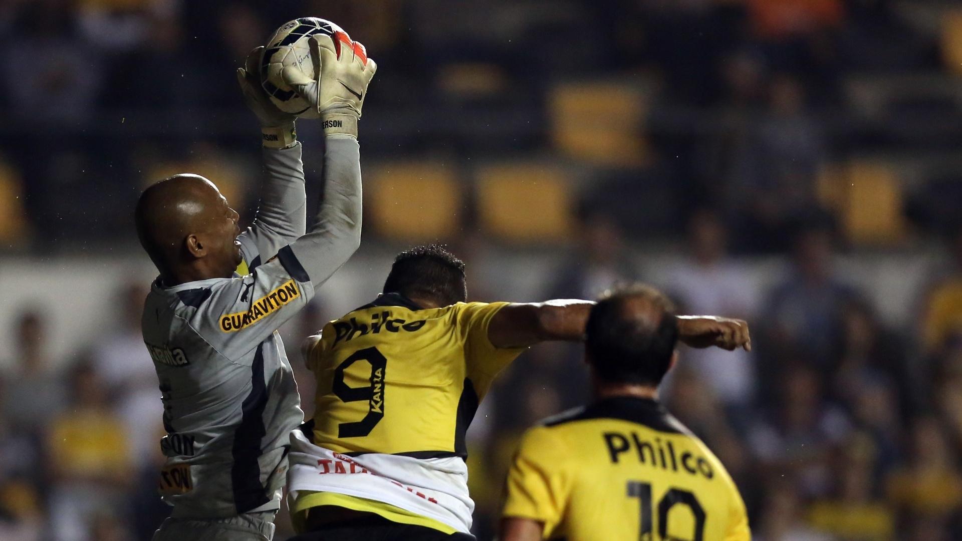 Jefferson sobe mais que todos para ficar com a bola na partida entre Botafogo e Criciúma, pelo Campeonato Brasileiro
