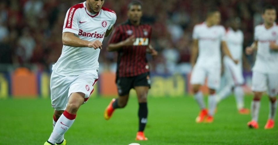Rafael Moura tenta o ataque durante jogo Atlético-PR x Internacional