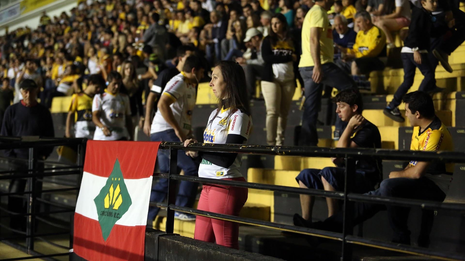 Torcida comparece ao Heriberto Hulse para assistir ao jogo entre Botafogo e Criciúma