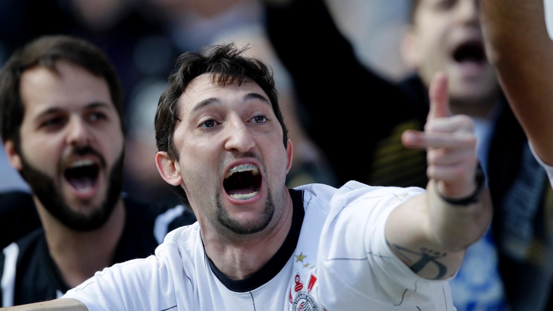 Corintianos comemoram gol