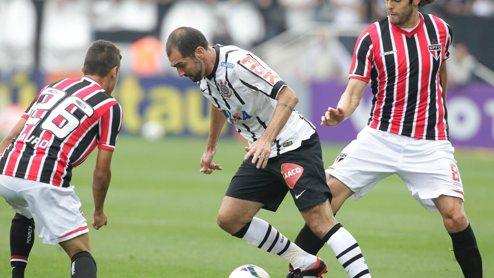 Danilo enfrenta a marcação de Kaká e Auro no clássico entre Corinthians e São Paulo