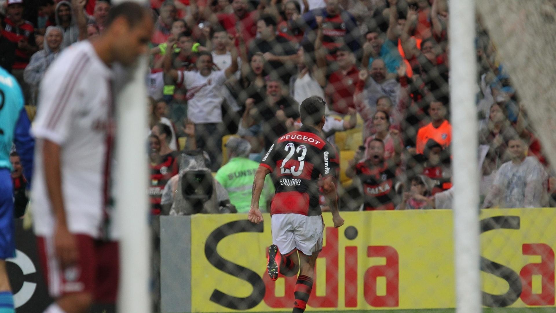 Eduardo da Silva corre para comemorar após marcar gol do Flamengo sobre o Fluminense