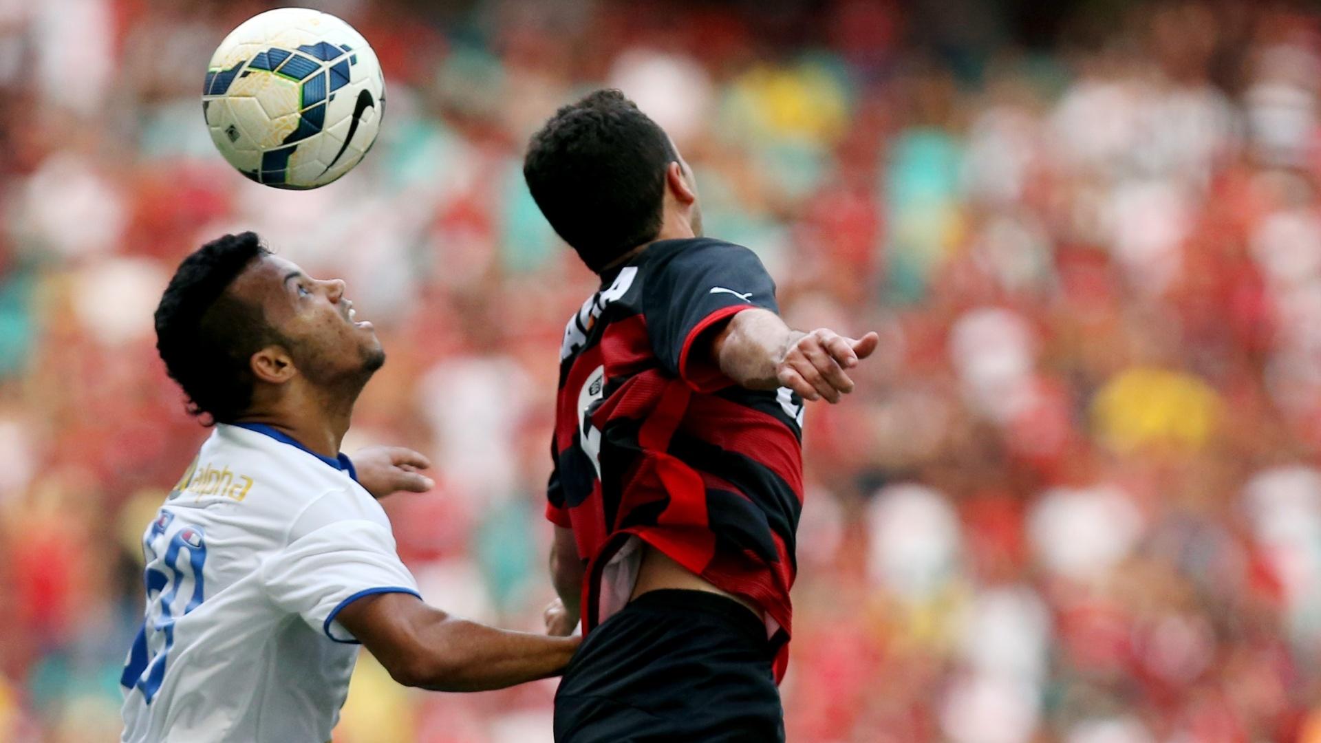 Jogadores de Bahia e Vitória disputam bola em clássico