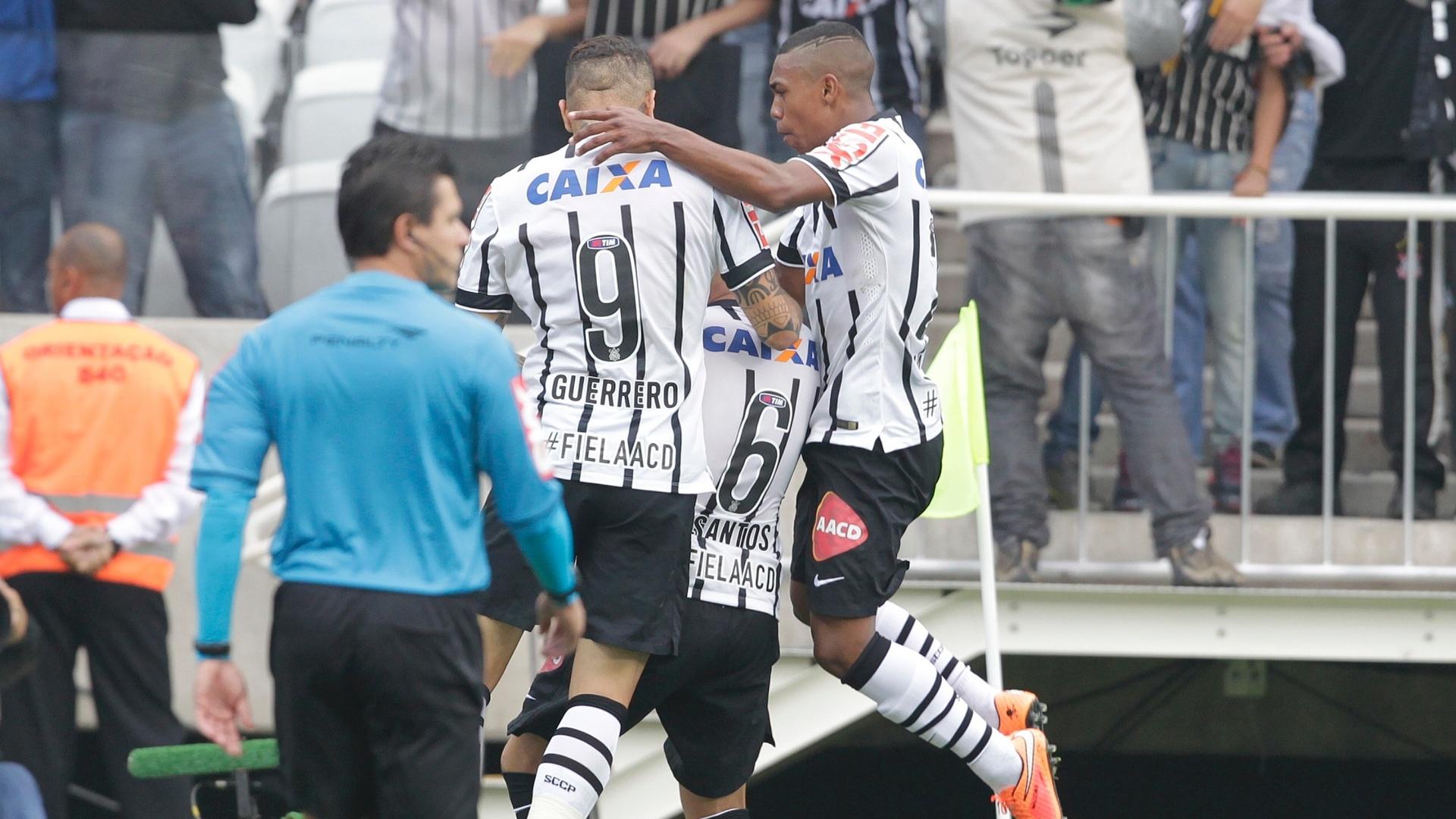 Jogadores do Corinthians comemoram gol de Fábio Santos no clássico contra o São Paulo, no Itaquerão