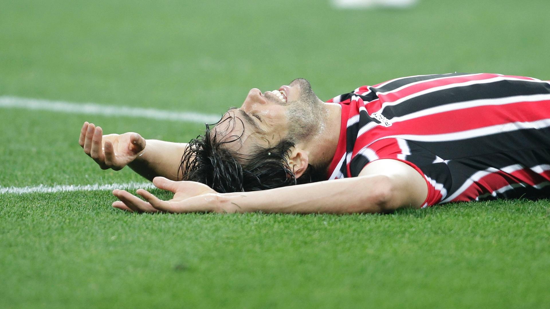 Kaká cai no gramado durante clássico entre Corinthians e São Paulo no Itaquerão